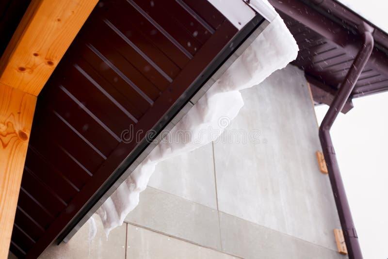 Στέγη σπιτιών με το χιόνι και την αποξήρανση στοκ φωτογραφία με δικαίωμα ελεύθερης χρήσης