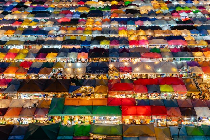 Στέγη στο πολλαπλάσιο χρώμα παζαριών νύχτας στοκ εικόνες με δικαίωμα ελεύθερης χρήσης