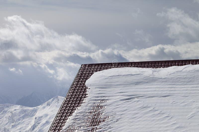 Στέγη του ξενοδοχείου στα βουνά χιονιού και χειμώνα στοκ εικόνες