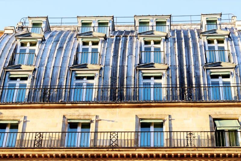 Στέγη του Παρισιού του ψευδάργυρου με έναν μεγάλο αριθμό παραθύρων στοκ φωτογραφία