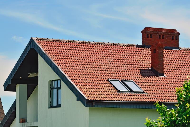 Στέγη του σπιτιού με τη σοφίτα στοκ φωτογραφία
