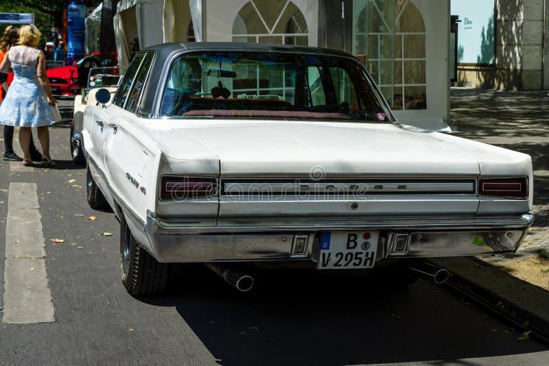 Στέμμα τεχνάσματος αυτοκινήτων μέσος-μεγέθους, 1967 απομονωμένο οπισθοσκόπο λευκό στοκ εικόνα