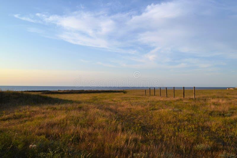Στέπα ηλιοβασιλέματος, τα σύνολα ήλιων στη θάλασσα στοκ φωτογραφίες με δικαίωμα ελεύθερης χρήσης