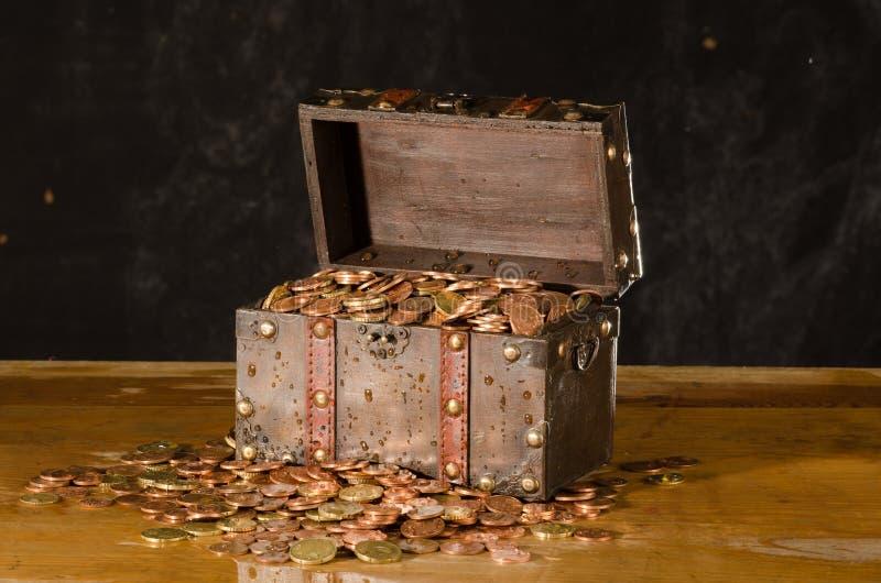 Στήθος θησαυρών με με τα ευρο- νομίσματα στοκ εικόνα