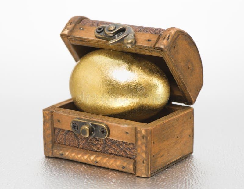 Στήθος θησαυρών με το χρυσό αυγό στοκ εικόνες