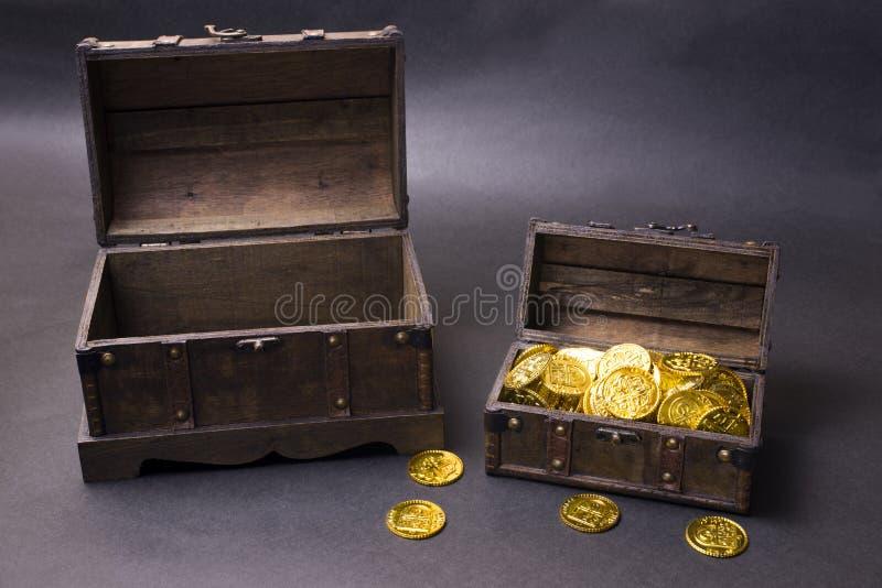 Στήθος θησαυρών με το χρυσό στοκ εικόνες με δικαίωμα ελεύθερης χρήσης