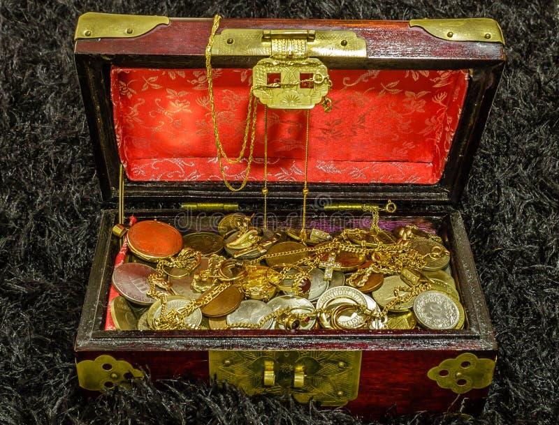Στήθος θησαυρών που γεμίζουν με τα νομίσματα και το κόσμημα στοκ φωτογραφία με δικαίωμα ελεύθερης χρήσης