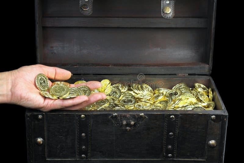 Στήθος θησαυρών που γεμίζουν με τα χρυσά νομίσματα στοκ εικόνα με δικαίωμα ελεύθερης χρήσης