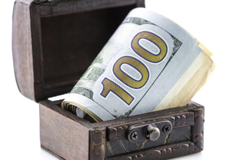 Στήθος θησαυρών, το κιβώτιο των χρημάτων, νομίσματα και δολάρια στοκ εικόνα