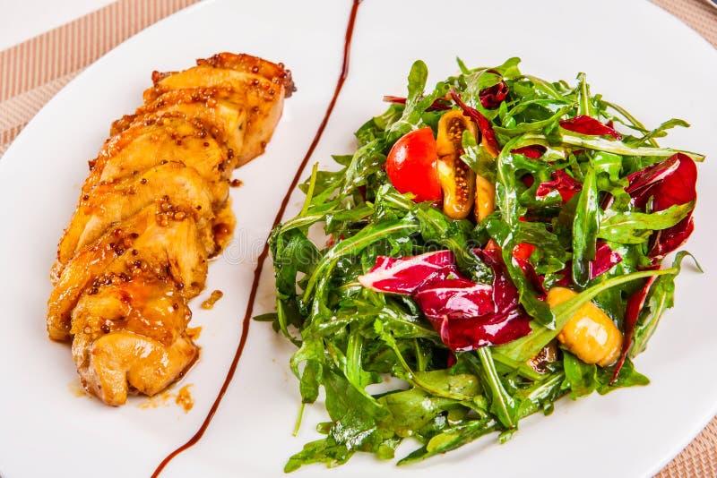 Στήθος και σαλάτα κοτόπουλου στοκ φωτογραφία με δικαίωμα ελεύθερης χρήσης