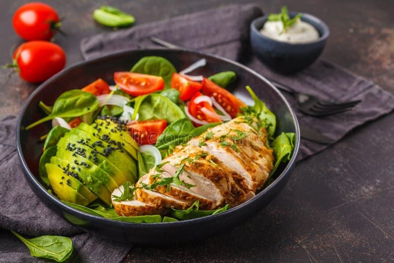 Στήθος κοτόπουλου και σαλάτα αβοκάντο με το σπανάκι, τις ντομάτες και Caes στοκ εικόνες