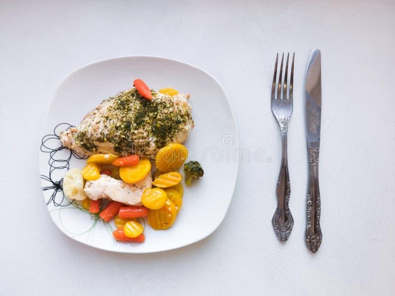 Στήθος κοτόπουλου με τα λαχανικά, υπηρεσία γευμάτων, χορτοφάγα τρόφιμα, υγιή τρόφιμα Υγιές κύπελλο με το ψημένα στη σχάρα κοτόπου στοκ φωτογραφίες