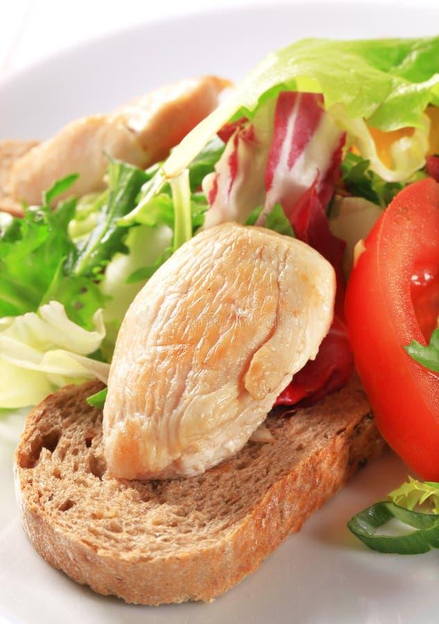 Στήθος κοτόπουλου με την πράσινα σαλάτα και το ψωμί στοκ φωτογραφία