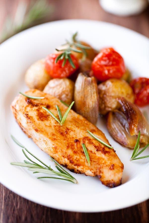 Στήθος κοτόπουλου με ψημένα τα φούρνος λαχανικά στοκ εικόνα με δικαίωμα ελεύθερης χρήσης