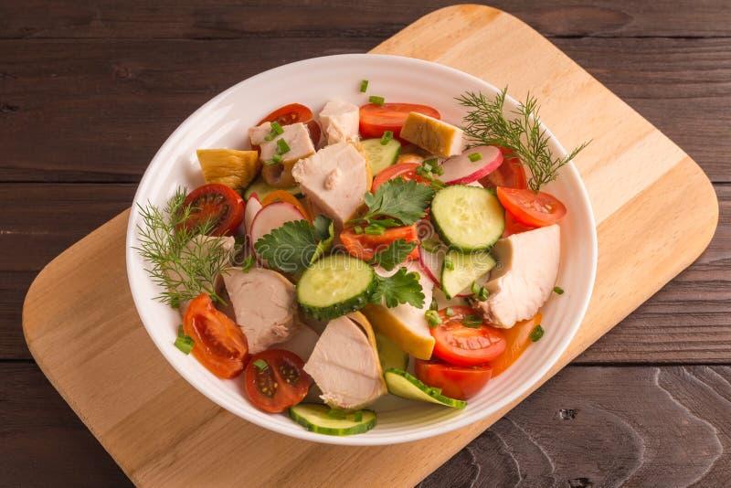 Στήθος κοτόπουλου, ραδίκι αγγουριών και σαλάτα ντοματών με τα πράσινα στοκ εικόνα