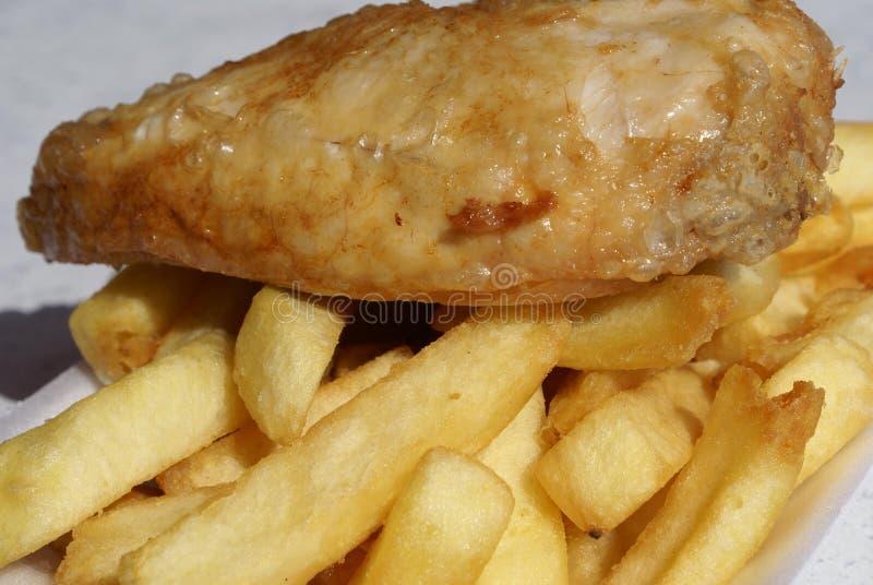 Στήθος κοτόπουλου και τσιπ ή τηγανητά στοκ φωτογραφίες
