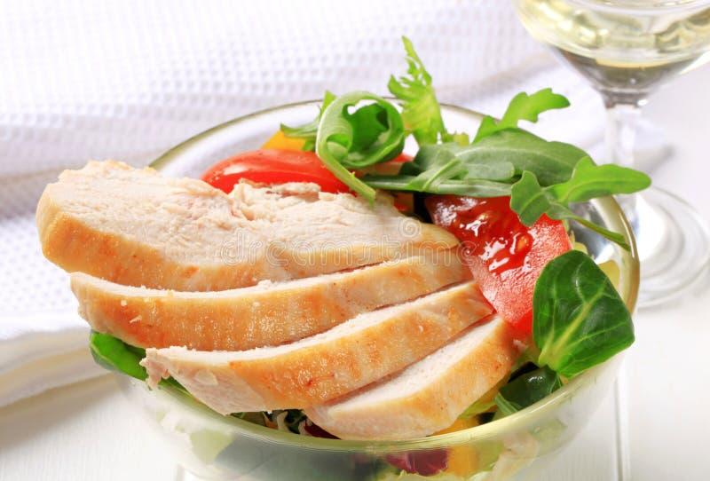 Στήθος κοτόπουλου με τα πράσινα σαλάτας στοκ φωτογραφία