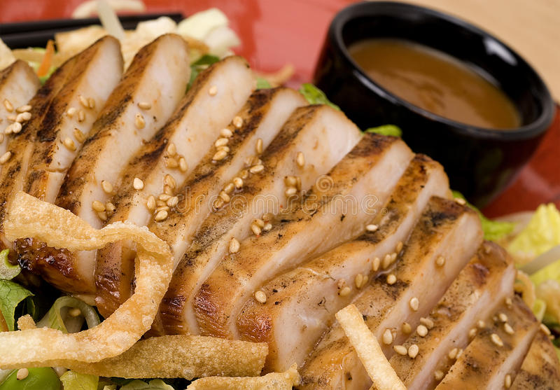 Στήθος κοτόπουλου που τεμαχίζεται στη σαλάτα στοκ φωτογραφία