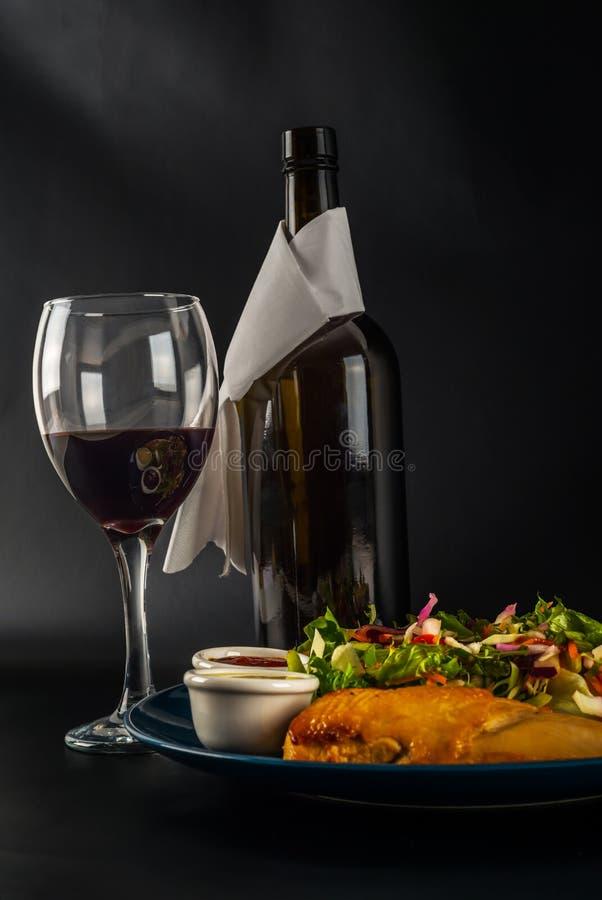 Στήθος κοτόπουλου ψητού με μίγμα μαρουλιού και δύο σάλτσες, μπλε πιάτο στοκ φωτογραφίες