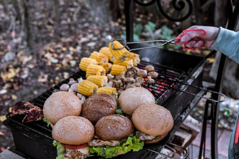 Στήθος Burgers με τα λαχανικά στην καυτή σχάρα ξυλάνθρακα με το εκτάριο στοκ φωτογραφία με δικαίωμα ελεύθερης χρήσης