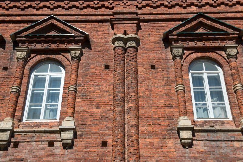 Στήλες και περιποίηση στο παλαιό κτήριο στοκ εικόνα με δικαίωμα ελεύθερης χρήσης