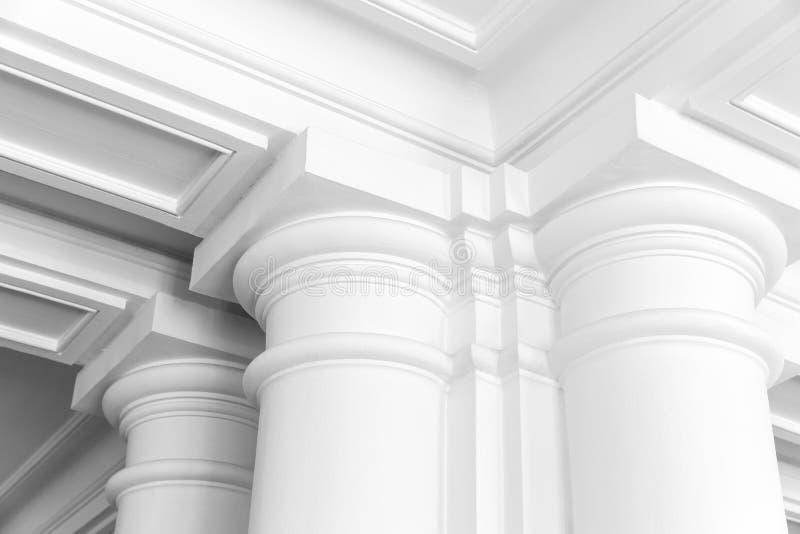 Στήλες, κενό άσπρο κλασικό εσωτερικό στοκ εικόνα