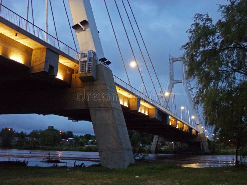 Στήλες μιας γέφυρας πέρα από τον ποταμό στοκ εικόνες