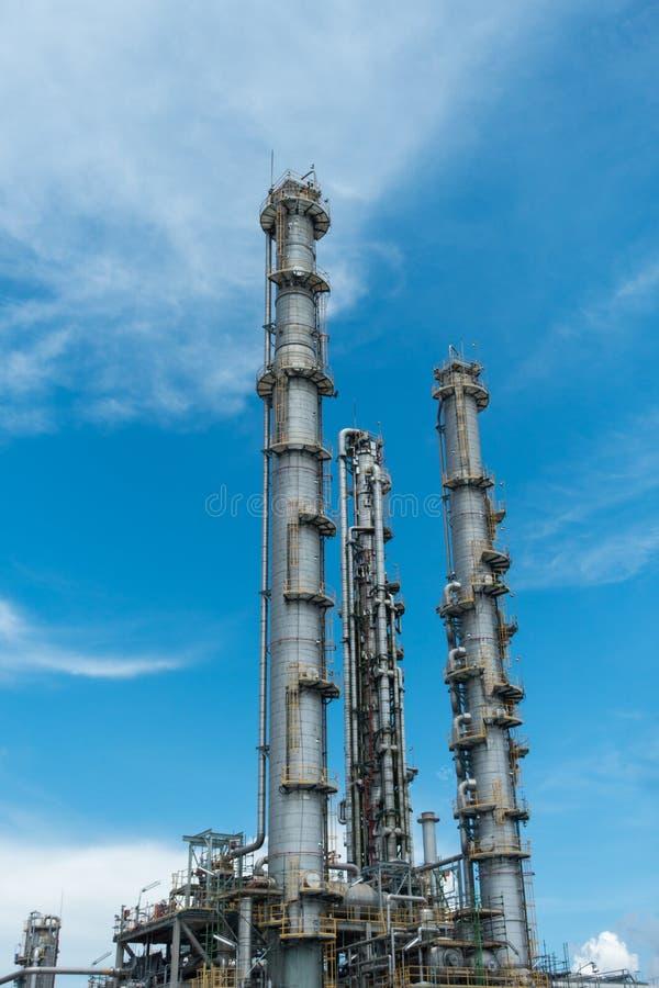 Στήλες διαδικασίας των εγκαταστάσεων φυσικού αερίου στοκ φωτογραφία με δικαίωμα ελεύθερης χρήσης