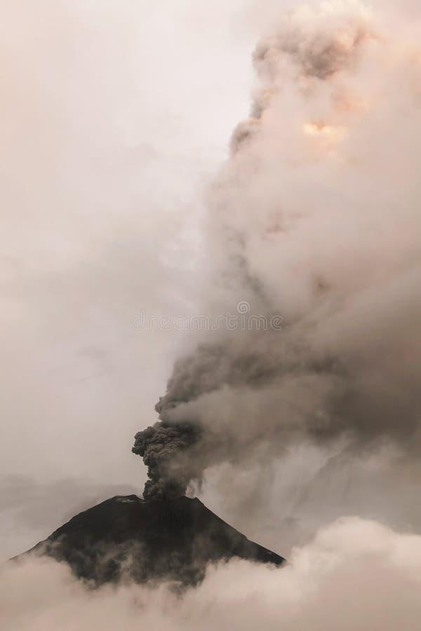 Στήλες Spews ηφαιστείων Tungurahua της τέφρας και του καπνού στοκ φωτογραφία