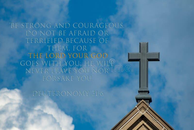 Στίχος Deuteronomy 31:6 με το σταυρό Χριστού στον ουρανό στοκ εικόνες