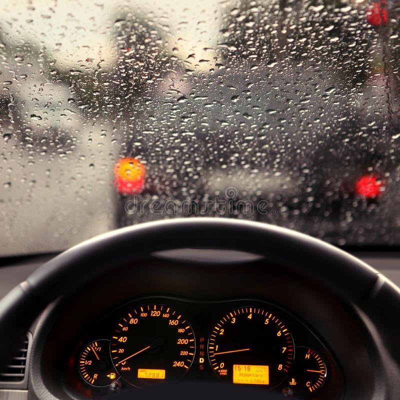 Σταγονίδια βροχής στον ανεμοφράκτη αυτοκινήτων στοκ εικόνα