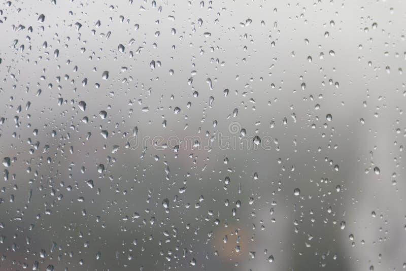 Σταγόνα βροχής, πτώσεις νερού σε μια επιφάνεια γυαλιού του παραθύρου στοκ φωτογραφία με δικαίωμα ελεύθερης χρήσης