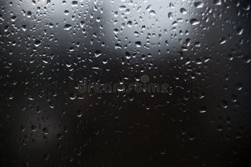 Σταγόνα βροχής στο παράθυρο γυαλιού, ο Μαύρος και wight στοκ εικόνες με δικαίωμα ελεύθερης χρήσης