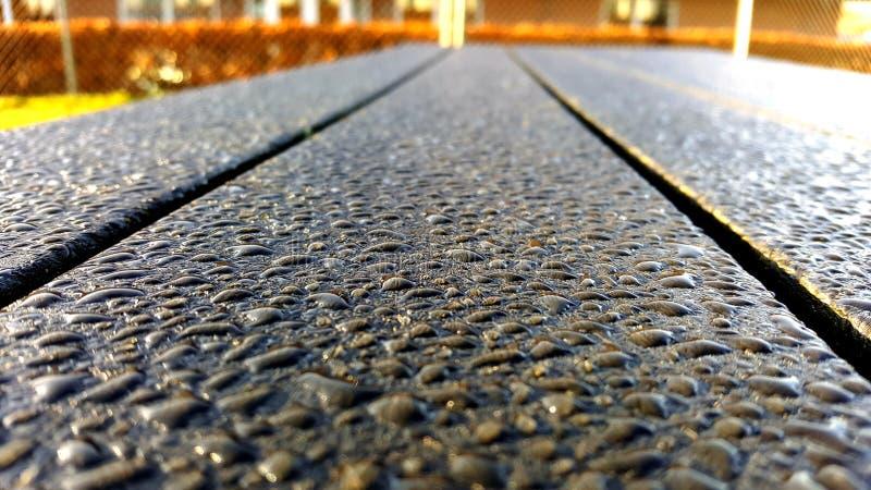 Σταγόνες βροχής σε έναν πάγκο στοκ φωτογραφία
