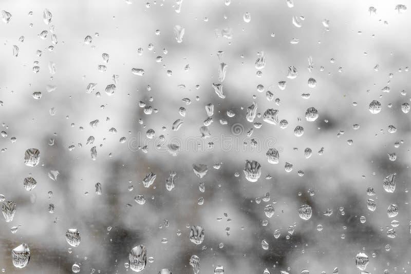 Σταγόνες βροχής σε ένα παράθυρο τραίνων στοκ φωτογραφίες