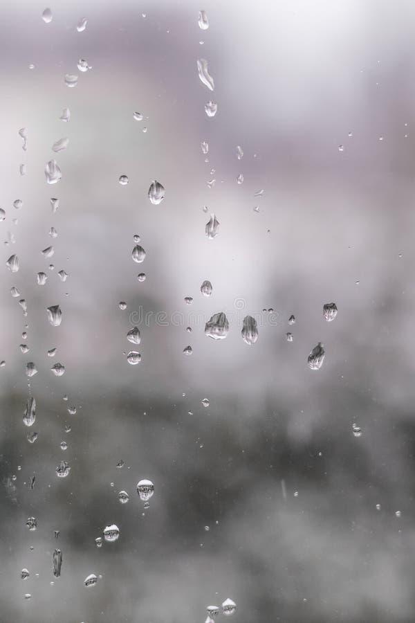 Σταγόνες βροχής σε ένα παράθυρο τραίνων στοκ φωτογραφία