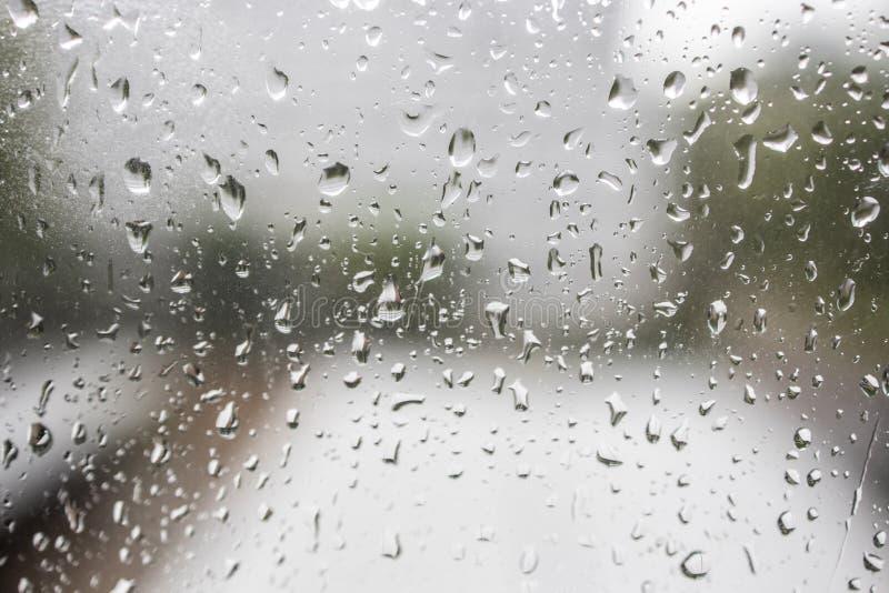 Σταγόνες βροχής στο γυαλί παραθύρων υπόβαθρο σύστασης, αφηρημένος δροσερός καιρός πτώσης νερού στοκ εικόνες με δικαίωμα ελεύθερης χρήσης