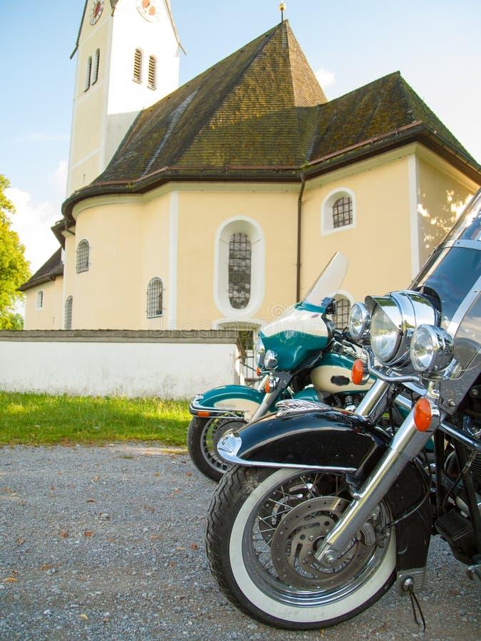 Σταθμευμένες μοτοσικλέτες μπροστά από μια εκκλησία στοκ εικόνες