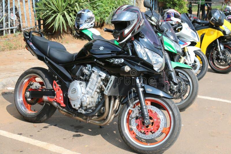 Σταθμευμένες μοτοσικλέτες στον ετήσιο μαζικό γύρο με το μαύρο αγώνα Suzuki στοκ εικόνες