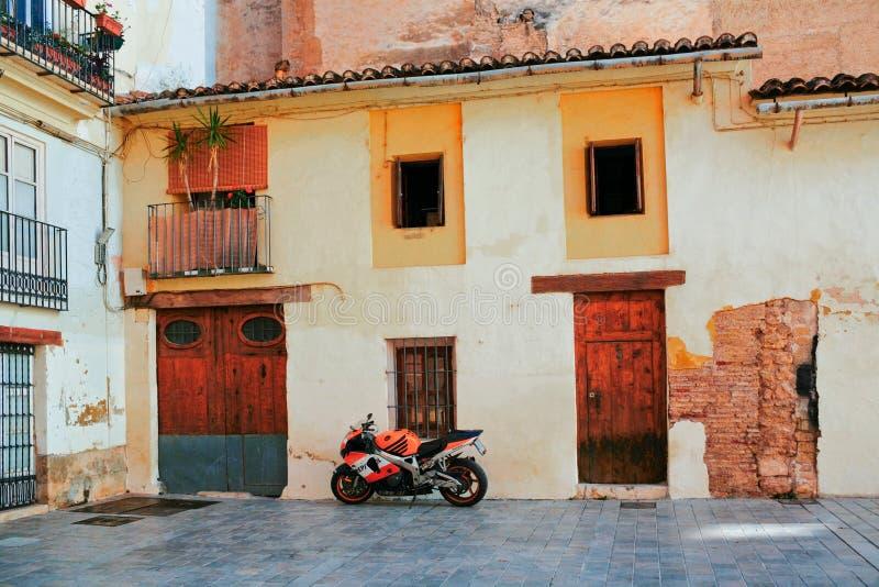 Σταθμευμένη μοτοσικλέτα στην παλαιά πόλη της Βαλένθια στοκ εικόνα με δικαίωμα ελεύθερης χρήσης