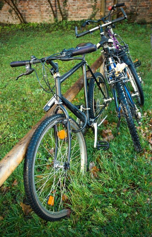 σταθμευμένη ποδήλατα οδό& στοκ φωτογραφία