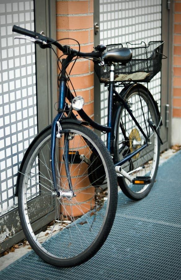 σταθμευμένη ποδήλατο οδ στοκ εικόνες