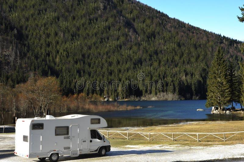 σταθμευμένο λίμνη rv στοκ φωτογραφία