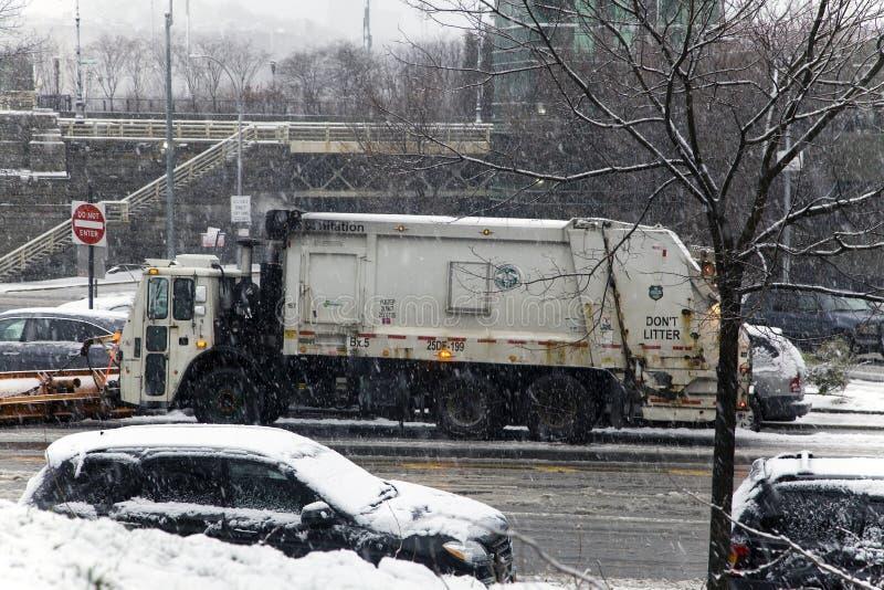 Σταθμευμένο φορτηγό αφαίρεσης χιονιού κατά τη διάρκεια της θύελλας χιονιού στο Bronx νέο Yor στοκ φωτογραφία με δικαίωμα ελεύθερης χρήσης