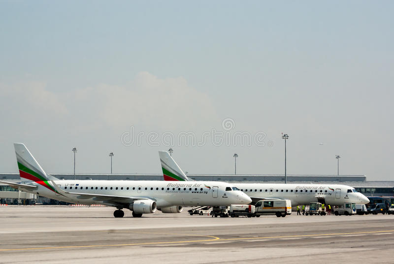 Σταθμευμένο passanger αεροπλάνο στο διάδρομο αερολιμένων στοκ εικόνες