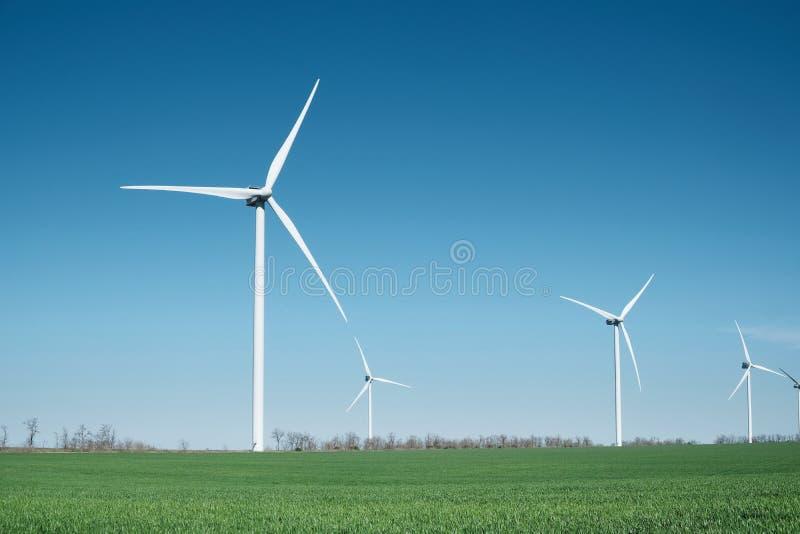 Σταθμός αιολικής ενέργειας στον τομέα Τεχνολογία και inovation Πράσινη ενεργειακή σύνθεση αέρας στροβίλων στοκ εικόνα
