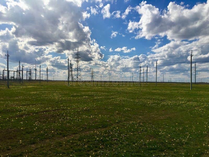 Σταθμός ηλεκτρικής ενέργειας στη ρωσική στέπα με το νεφελώδη ουρανό στοκ εικόνες με δικαίωμα ελεύθερης χρήσης