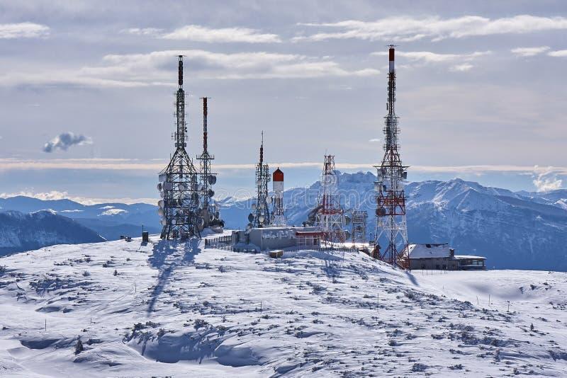 Σταθμός κεραιών στην αιχμή του βουνού στοκ φωτογραφία με δικαίωμα ελεύθερης χρήσης