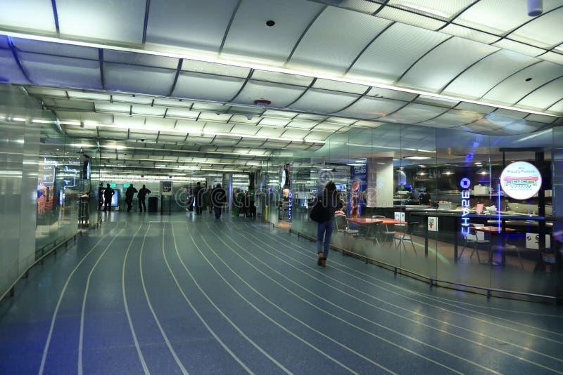 Σταθμός μετρό του Σικάγου, διέλευση ραγών, που επεκτείνεται προς όλες τις κατευθύνσεις, πλήρεις εγκαταστάσεις υπηρεσιών στοκ εικόνα
