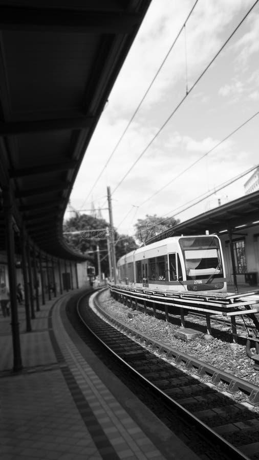 Σταθμός μετρό υπαίθρια με τον πλησιάζοντας σταθμό τραίνων στοκ φωτογραφία